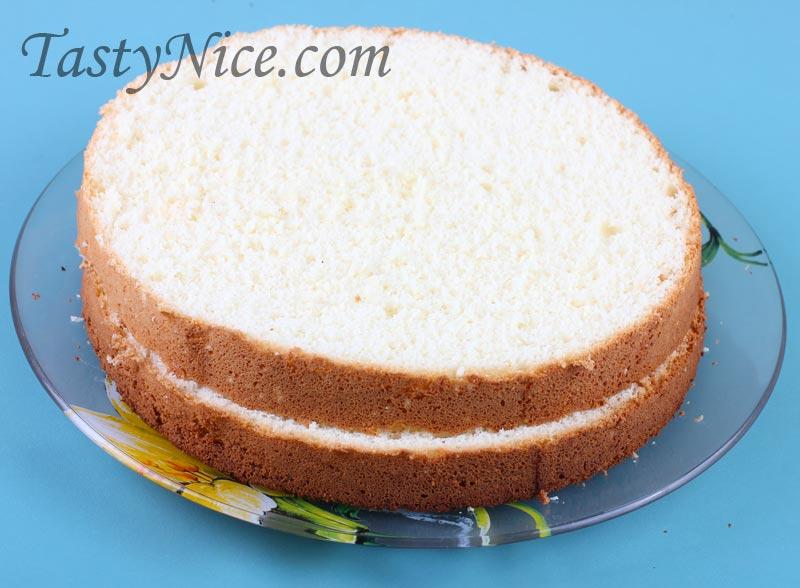 Разрезанный корж бисквита